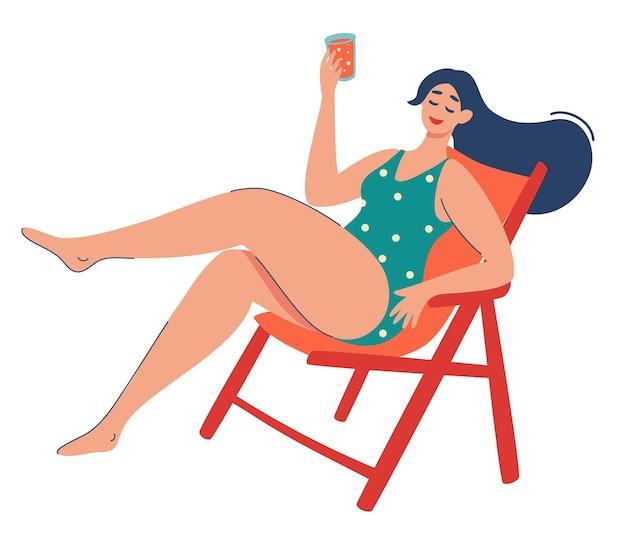 女性はサンラウンジャーでリラックスしていますかわいい女の子はカクテルを飲みます夏休みアウトドアレクリエーション