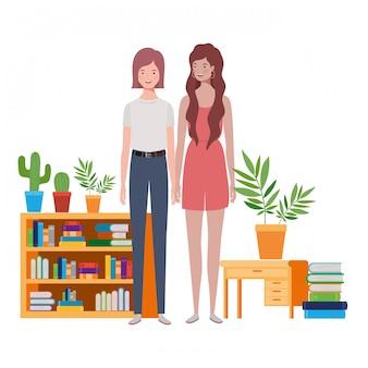 나무와 책장에 서있는 여자
