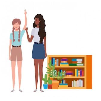 Женщины стоят с книжной полкой из дерева и книг