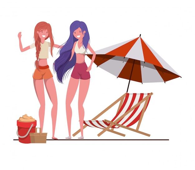 Женщины с купальниками на пляже и зонтик