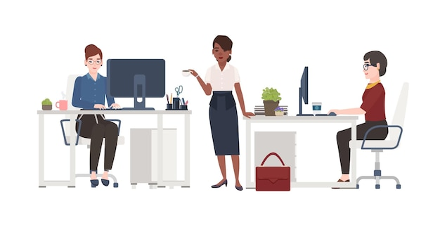 사무실에서 일하는 여성. 똑똑한 옷을 입은 여성 점원들은 책상 의자에 앉아 컴퓨터를 하거나 서서 커피를 마십니다. 만화 캐릭터. 평면 스타일의 벡터 일러스트 레이 션.