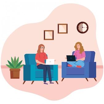 ノートパソコンとソファに座って在宅勤務で働く女性