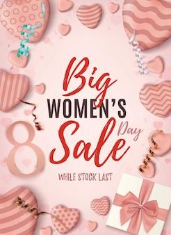 Женский день большие продажи вертикальный плакат. розовый абстрактный шаблон дизайна с реалистичными конфетными сердечками, синим бантом, лентами и подарочной коробкой.