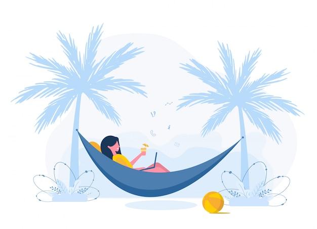 レディースフリーランス。ラップトップを持つ少女は、カクテルとヤシの木の下のハンモックにあります。屋外での作業、勉強、コミュニケーション、健康的なライフスタイルの概念図。フラットスタイル。