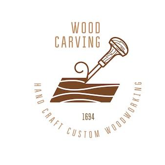 木の棒を切るノミが付いている木彫りのロゴ