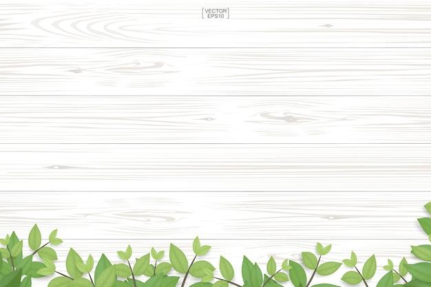 Текстура древесины и зеленые листья.