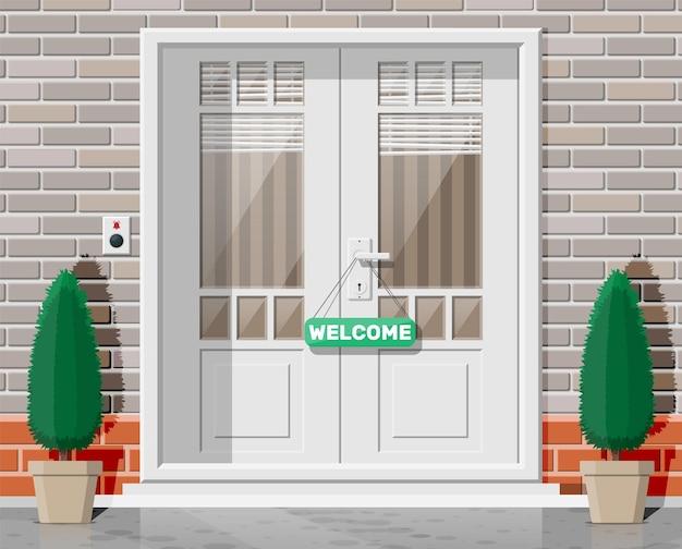 거리에 창문과 블라인드가 있는 나무 코티지 문. 정문에 크롬 손잡이와 벨 버튼이 있는 닫힌 문. 입력 또는 새로운 기회 초대의 개념입니다. 평면 벡터 일러스트 레이 션