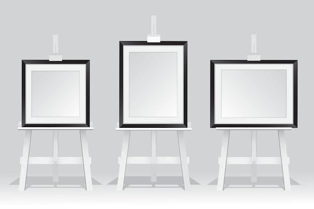 Деревянная подставка для мольберта с рамкой на белом фоне