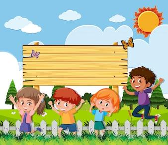Деревянный знак с счастливыми детьми в саду