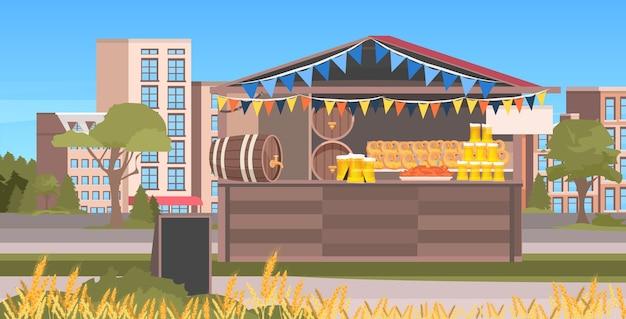 Деревянный ларек с пивом октоберфест вечеринка праздник на открытом воздухе фестиваль городской пейзаж фон