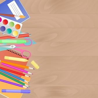 학용품이 있는 업무용 책상. 어린이 창의력을 위해 설정합니다.