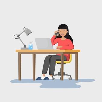 Работа из дома концепции. независимая женщина работает на ноутбуке в своем доме и говорить телефон с командой.