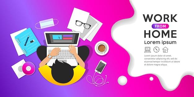 パープルの仕事のコンピューターの上面図のバナーデザインに座って在宅勤務のコンセプトの男性