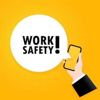 労働安全。バブルテキスト付きのスマートフォン。テキスト付きのポスター労働安全。コミックレトロスタイル。電話アプリの吹き出し。ベクトルeps10。背景に分離。