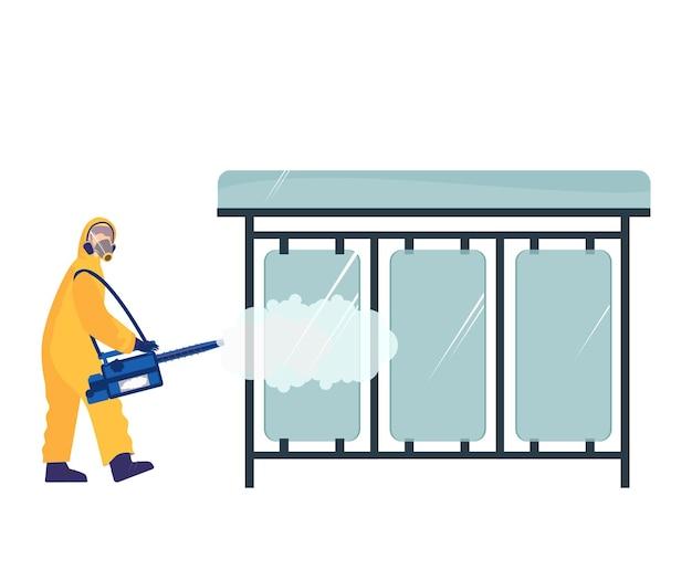 Рабочий, чистящий городские улицы, дезинфицирует квартиру на автобусной остановке