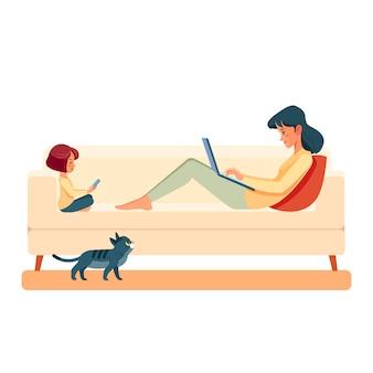 집에서 일하기. 소파에 노트북과 집에서 가족 어머니와 자식 딸.