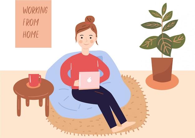 Работаю из дома. молодая леди работает с ноутбуком