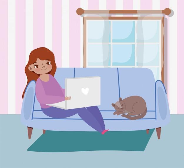 ノートパソコンと猫が付いているソファーに座っていた若い女性