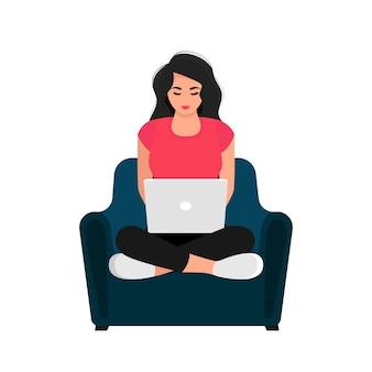 Работаю, учусь дома. девушка с ноутбуком, сидя на кресле. иллюстрация концепции для работы, учебы, образования, работы из дома, здорового образа жизни. векторная иллюстрация