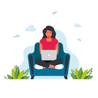 집에서 공부하는 일. 자가격리 중인 집에 있는 사람들. 프리랜서. 안락의 자에 앉아 노트북과 소녀입니다. 일, 공부, 교육, 집에서 일, 건강한 생활 방식에 대한 개념 삽화.