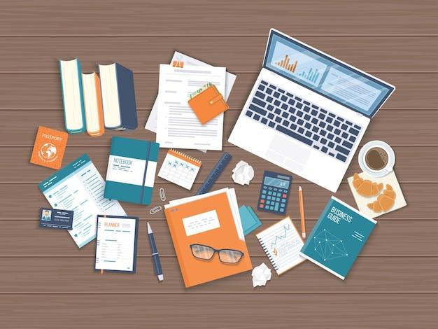 職場デスクトップの背景ドキュメント付き木製テーブルラップトップ本フォルダーの上面図メモ帳名刺財布カレンダーヘッドフォンメガネ本ペンシルコーヒークロワッサンベクトル