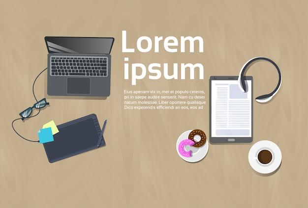 職場平面図コンセプトテンプレートワークスペースの背景ラップトップコンピューター、デジタルタブレットのコーヒーカップ