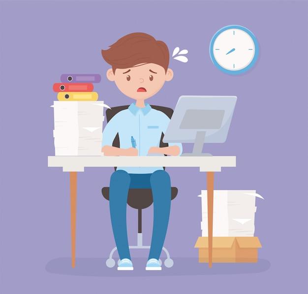 Взволнованный сотрудник в офисе стола с компьютером бумаг и часового стресса