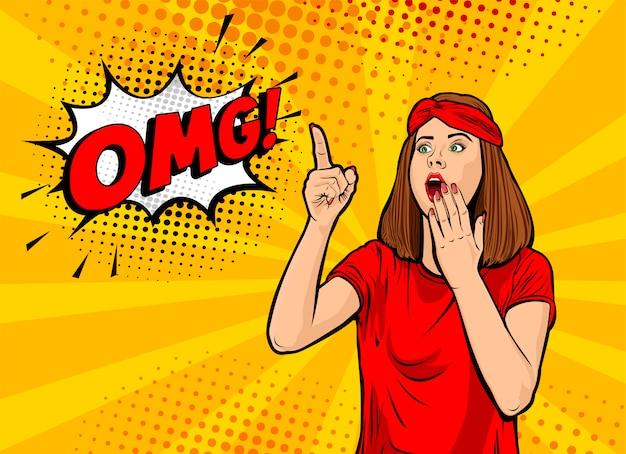 Ух ты женское лицо. сексуальная удивленная молодая женщина с открытым ртом и рукой и пузырем речи omg. красочный фон в стиле поп-арт ретро комиксов. плакат.