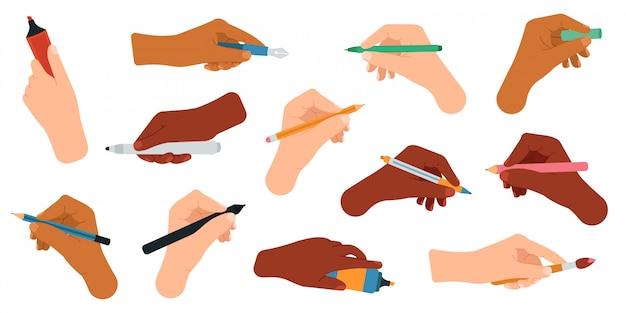 Письменные принадлежности в руках. установленные значки иллюстрации инструментов ручки, карандаша, стилуса, фломастера в оружиях, сочинительства и чертежа. карандаш и ручка, шариковая ручка и маркер в руках