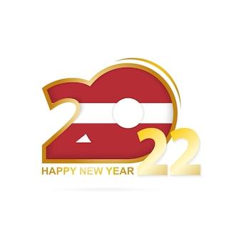 라트비아 국기 패턴이 있는 2022년. 새해 복 많이 받으세요 디자인.