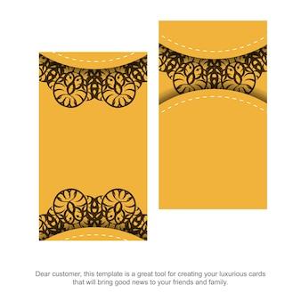Желтая визитная карточка с греческим коричневым узором для вашего бизнеса.