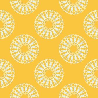 흰색 빈티지 장신구와 노란색 이슬 완벽 한 패턴입니다. 빈티지 스타일 템플릿의 배경 화면입니다. 인도 꽃 요소입니다. 벽지, 직물, 포장용 그래픽 장식.