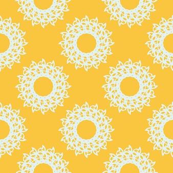 Желтый росистый бесшовный образец с белыми старинными орнаментами. обои в шаблоне винтажном стиле. индийский цветочный элемент. графический орнамент для обоев, упаковки, оклейки.