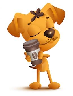 Щенок желтой собаки держа чашку кофе.