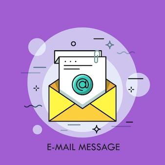 Желтый конверт и белый лист бумаги с символом на нем. концепция электронного сообщения электронной почты. входящие электронные письма.