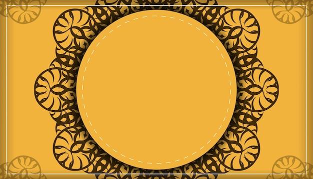 인쇄술을 위해 준비된 갈색 만다라 패턴이 있는 노란색 전단지.