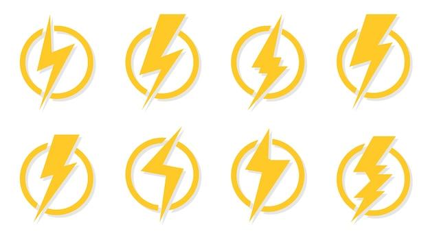 Набор иконок желтые молнии. знак электрического удара в круге. отлично подходит для дизайна логотипа, напряжения питания и опасности поражения электрическим током. энергия символа и электричество грома