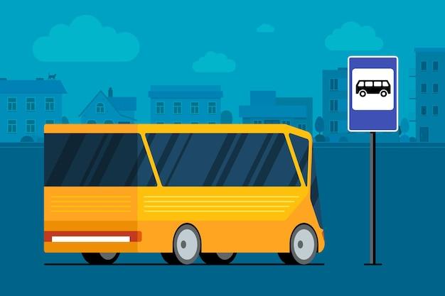 バス停の駅の標識の近くの街並みの道路上の黄色の近代的な市バス。公共交通機関のコンセプト。旅客輸送交通サービスのベクトルフラットイラスト