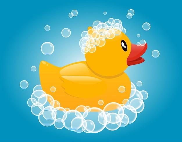 石鹸の泡の黄色いゴム製のアヒル。赤ちゃんの入浴玩具。