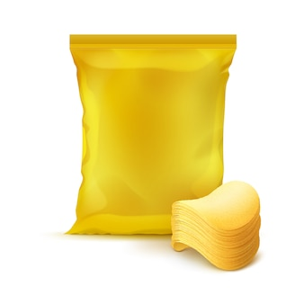 ポテトクリスピーチップのスタックでパッケージデザインの黄色の垂直シールフォイルプラスチックバッグをクローズアップ背景に分離