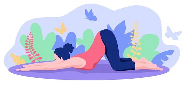 自然の中のヨガ。ヨガのポーズの練習の若い女性。ヨガのクラス、スタジオ。ヨガの練習とレクリエーション。健康的なライフスタイルのコンセプト