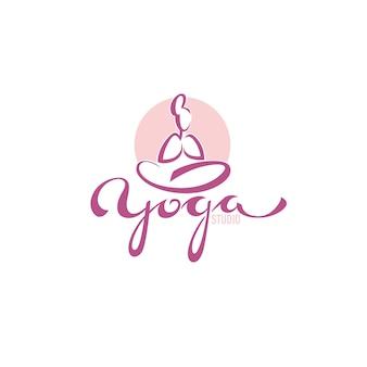 ヨガのロゴ、レタリング構成でヨガの練習をしている女性