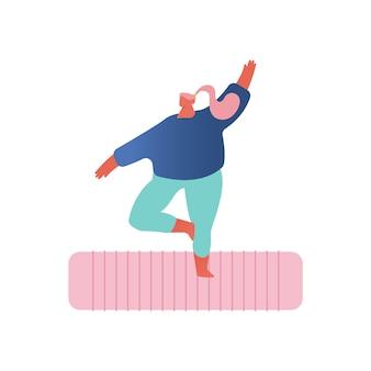 Практика йоги. девушка с избыточным весом в спортивной одежде, стоя на коврике, занимается фитнесом или йогой на белом фоне.