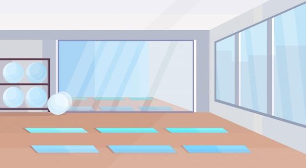 요가 스튜디오 건강 한 라이프 스타일 개념 빈 아니 사람 체육관 인테리어 디자인 매트 맞는 공 거울 및 창 가로