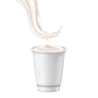 요구르트 디저트 빈 컵과 우유 스플래시 벡터