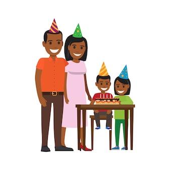 Семья yogrther за столом с тортом с днем рождения