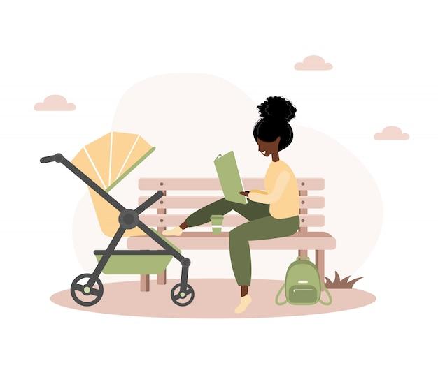 黄色の乳母車で彼女の生まれたばかりの子供と歩いている若いアフリカ系アメリカ人女性。ベビーカーと戸外の公園で赤ちゃんと座っている女の子。