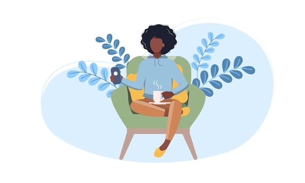 젊은 아프리카 미국 여자의 자에 집에서 휴식. 평면 벡터 일러스트 레이 션. 여성 캐릭터, 스마트 폰을 사용하여 온라인 채팅, 뜨거운 차 마시는.