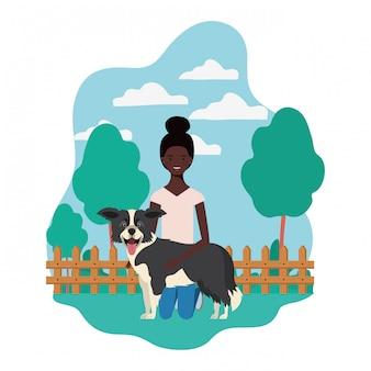 Молодая афро женщина с милой собакой в поле