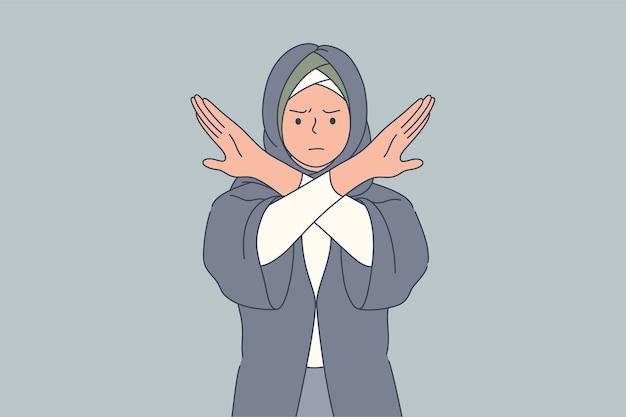 Молодая сердитая грустная серьезная арабская мусульманка со скрещенными руками в хиджабе отвергает предложение. остановите жест и отрицательное выражение лица.
